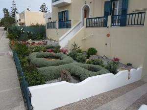 23 Milos - liebevoll gepflegte Vorgärten
