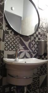 49 Syros - moderne WC in Tavernen