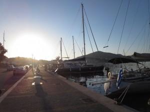 25 Hafenpromenade in der Lakki Bucht