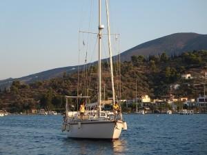 27 SY Mira laeuft in Poros ein