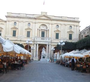 012 Entspannte Atmosphäre in einem Cafe in Valletta