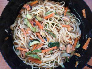 Gemüsespagetti angereichert mit Muschelfleisch