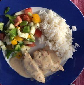 Hühnerbrustspitzchen in Käsesoße mit Reis und Salat