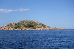007 Felsen vor Marina Santa Maria Navarrese