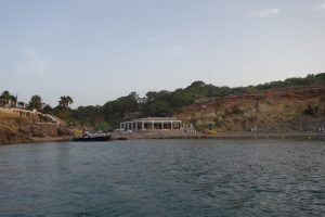 23 kleiner Strand und Strandrestaurant