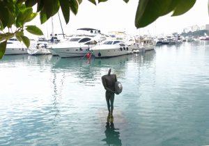 11 einsamer Mann im Wasser