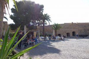 26 Cafe im Innenhof des Castell