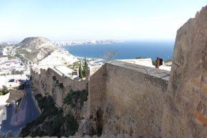 28 Blick auf die Mauern des Castell